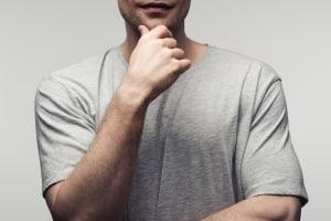 Körpersprache mann hände hinter dem rücken