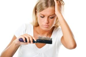 Haarausfall Bei Frauen 8 Ursachen 13 Maßnahmen 5 Styling Tipps
